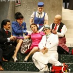 From left to right Shavleg Armasi (Il Baron di Trombonok), Mareike Morr (Maddalena), Ina Yoshikawa (La Contessa di Folleville), Ania Vegry (Madama Cortese), Young Kwon (Don Prudenzio), Peter Michailov (Antonio)