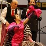 von links Peter Michailov (Antonio), Ina Yoshikawa (La Contessa di Folleville), Shavleg Armasi (Il Baron di Trombonok)